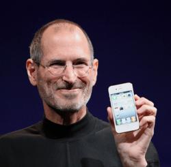 fundador de apple, steve jobs, sosteniendo el iphone 4